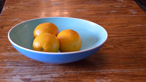 3 oranges dans la cuvette, taille de panorama Photos stock