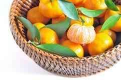 Oranges dans le panier d'isolement Photos libres de droits