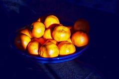 Oranges dans une cuvette bleue image stock