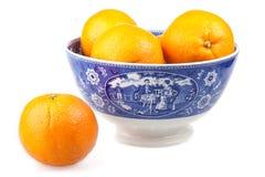 Oranges dans une cuvette peinte à la main antique photos libres de droits