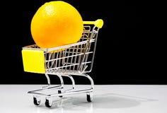 Oranges de achat de caddie concept sain de nourriture image libre de droits
