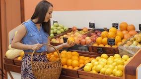 Oranges de achat de femme banque de vidéos
