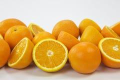 Oranges entières et moitiés Photos libres de droits