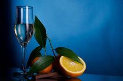 Oranges et chocolat avec le verre de vin Photographie stock