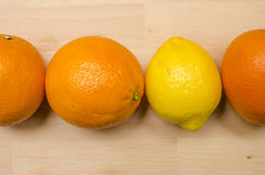 3 oranges et 1 citron Photo libre de droits