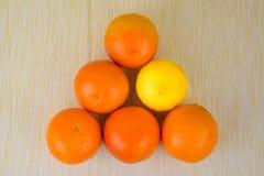 Oranges et citron sur la table Image libre de droits