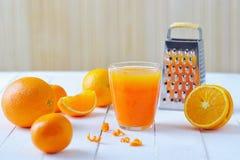 Oranges et jus fraîchement serré Photo libre de droits