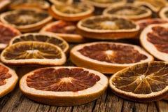 Oranges et pamplemousses secs sur une vieille table en bois Images libres de droits