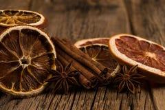 Oranges et pamplemousses secs sur une vieille table en bois Photos libres de droits