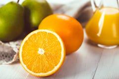 Oranges et poires de fruit sur un fond en bois blanc Photos libres de droits