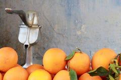 Oranges et presse-fruits de jus image stock