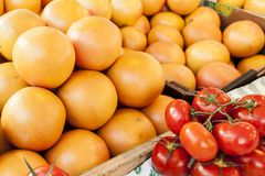 Oranges et tomates sur le marché de bastille à Paris, France images libres de droits
