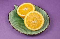 Oranges fraîches d'une plaque verte Images stock