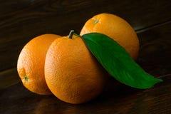 Oranges fraîches sur un fond en bois foncé image libre de droits