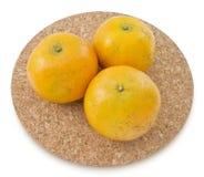 Oranges mûres d'arbre sur un fond blanc Photographie stock libre de droits