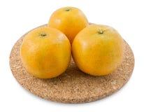 Oranges mûres d'arbre sur un fond blanc Images stock