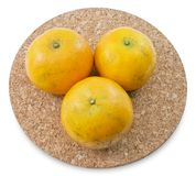 Oranges mûres d'arbre sur un fond blanc Photographie stock