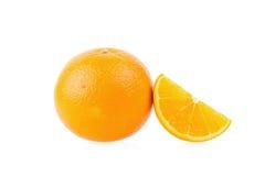 Oranges mûres d'isolement sur le fond blanc Orange dans une coupe Image stock