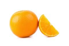 Oranges mûres d'isolement sur le fond blanc Orange dans une coupe Photographie stock