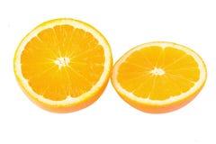 Oranges mûres d'isolement sur le fond blanc Orange dans une coupe Image libre de droits