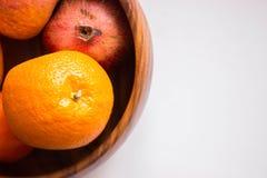 Oranges mûres fraîches dans le vase en bois avec l'espace de copie Photos libres de droits