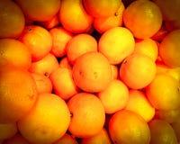 Oranges organiques frais tiennent parmi des beaucoup la grande orange de fond sur le marché Fruit d'orange Texture orange en gros Image libre de droits