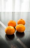 Oranges réglées sur la base en bois Photos libres de droits