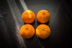 Oranges réglées sur la base en bois Image libre de droits
