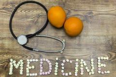 Oranges représentant une santé et un bien-être de phonendoscope sur le conseil en bois images libres de droits