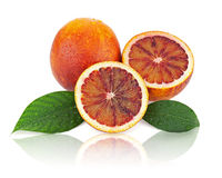 Oranges sanguines avec des feuilles de coupe et de vert d'isolement sur le backgr blanc Photographie stock