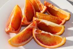 Oranges sanguines organiques coupées en tranches fraîches d'un plat Photo libre de droits