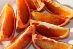 Oranges sanguines organiques coupées en tranches fraîches sur un platel Images libres de droits