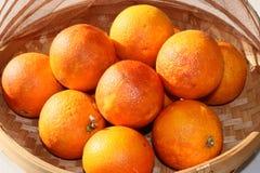 Oranges sanguines organiques fraîches dans une cuvette Photographie stock