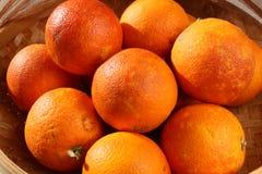 Oranges sanguines organiques fraîches dans une cuvette Images stock