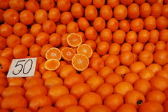 Oranges sur le marché local Photos stock