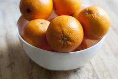 Oranges sur un plateau Photographie stock libre de droits