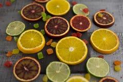 Oranges, tranches d'oranges sur le fond en bois Photos stock
