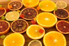 Oranges, tranches d'oranges sur le fond en bois Images stock