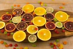 Oranges, tranches d'oranges sur le fond en bois Photographie stock