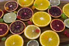 Oranges, tranches d'oranges sur le fond en bois Images libres de droits