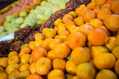 Oranges in tray on display shelf Royalty Free Stock Photos
