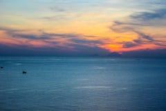 Orangotango mágico do vermelho da vista do curso das férias de Ásia do por do sol do oceano da ilha Fotos de Stock