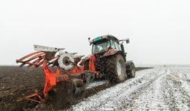 oranie pola ciągnika zdjęcie royalty free