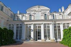Oranienbaum,俄国 中国宫殿的中央部分在夏日 免版税库存图片