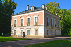 Oranienbaum,俄国 彼得三世宫殿在一个夏天晴天 免版税库存图片