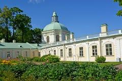 Oranienbaum,俄国 盛大Menshikov宫殿的教会亭子在夏天 免版税库存图片