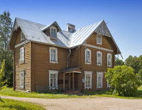 Oranienbaum (Lomonosov) Ανώτερο πάρκο Αρχαίο κατοικημένο ξύλινο σπίτι στοκ εικόνες