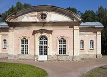 Oranienbaum (Lomonosov) Ανώτερο πάρκο αρχαίο σπίτι στοκ εικόνες με δικαίωμα ελεύθερης χρήσης