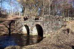 Oranienbaum. Pont en pierre de ruines au-dessus de Karosta. Images stock