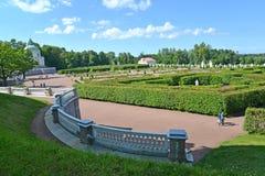 Oranienbaum, Rússia Vista do jardim de Nizhn no thesummer imagens de stock